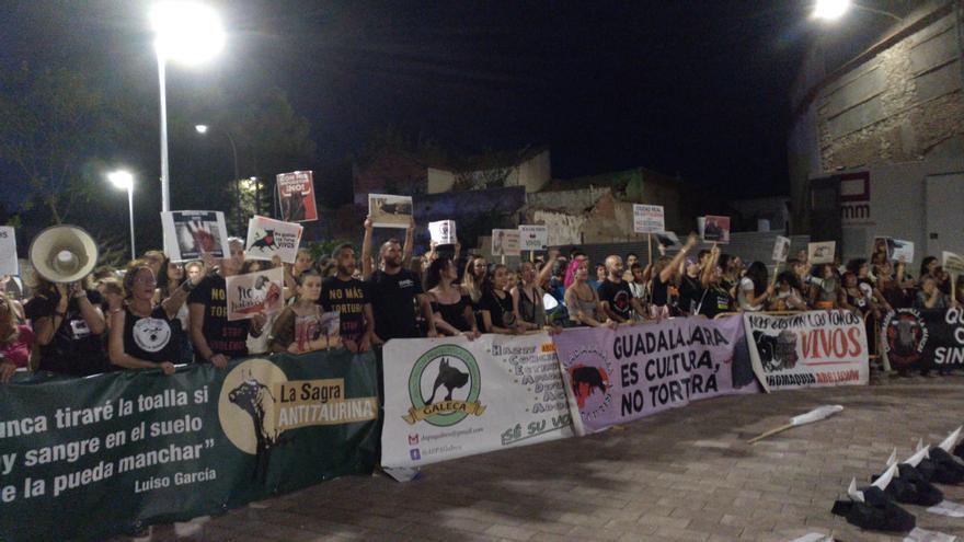 Manifestación a las puertas de la plaza de toros de Ciudad Real