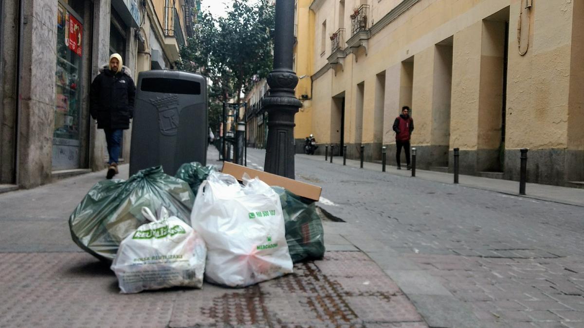 Bolsas de basura acumuladas en una calle del centro de Madrid