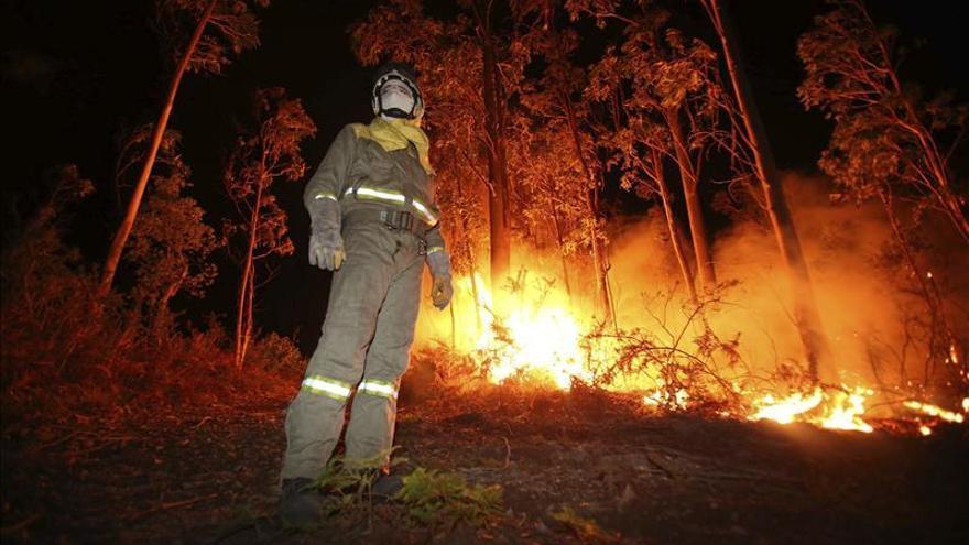 Un incendio forestal causa alarma en Ribeira por la intensidad del viento