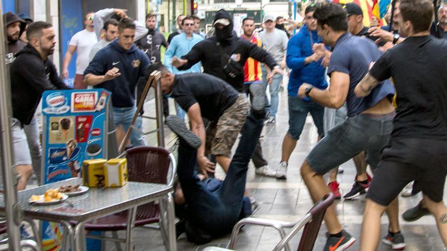 Varios ultras agreden a un fotógrafo y a un joven durante la manifestación del 9 d'Octubre en Valencia