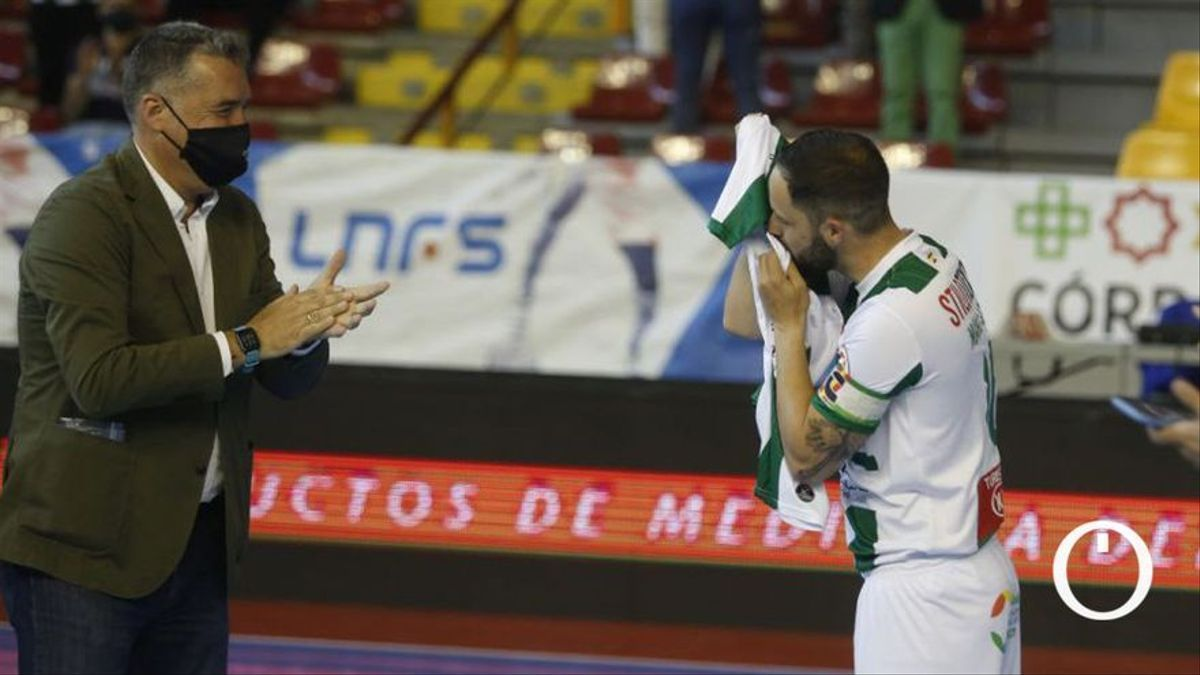 Manu Leal besa el escudo del Córdoba Patrimonio