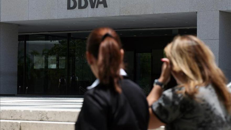 """Un error """"masivo"""" del BBVA provoca el cobro duplicado a clientes, según FACUA"""
