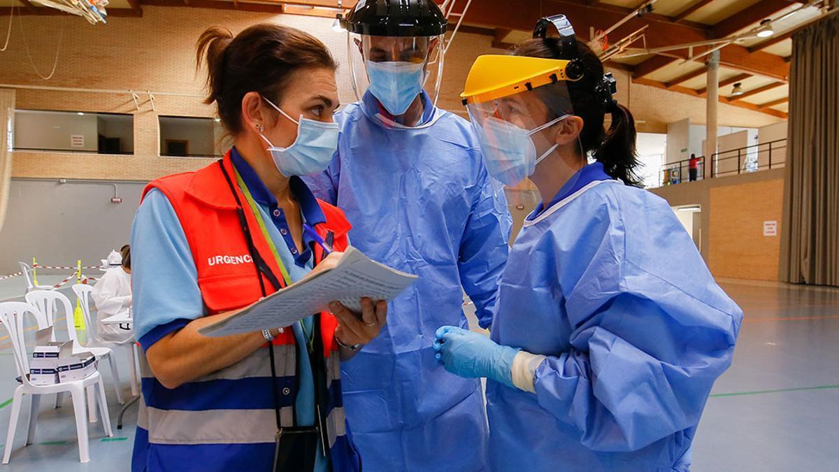 Sanitarios en realizan test de covid masivos en el polideportivo de Almódovar del Río   MADERO CUBERO