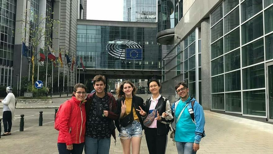 Los cinco jóvenes del grupo Extrerraíl