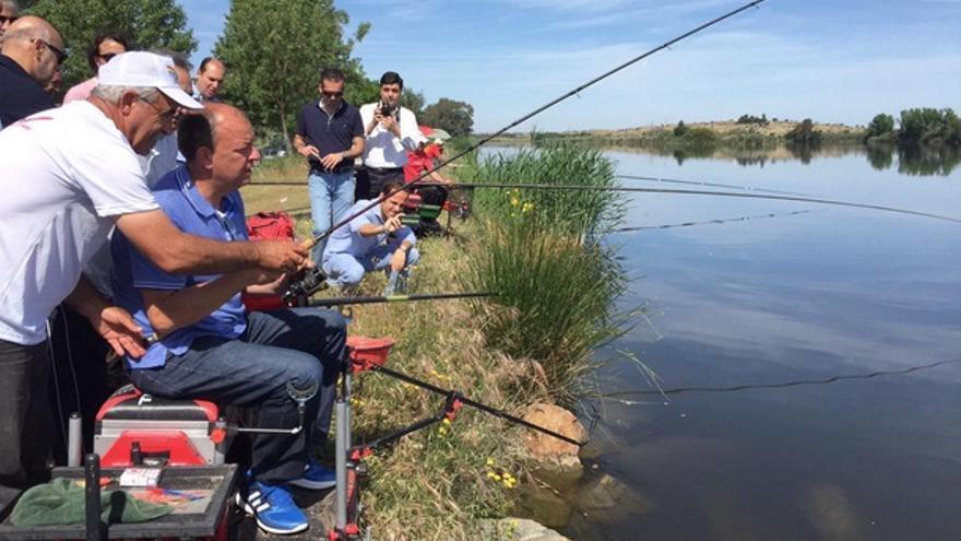 Monago, en el Guadiana con unos pescadores / Twitter @HacemosExt