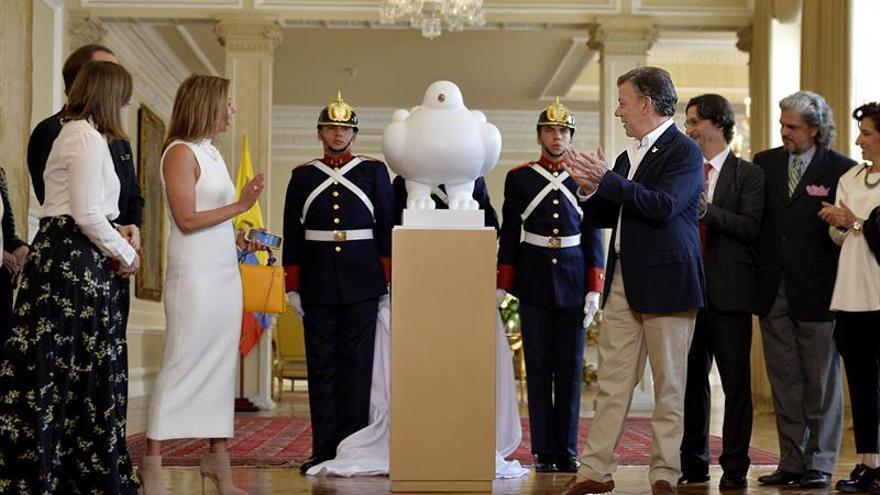 """Fernando Botero dona la escultura """"La paloma de la paz"""" a la Presidencia colombiana"""