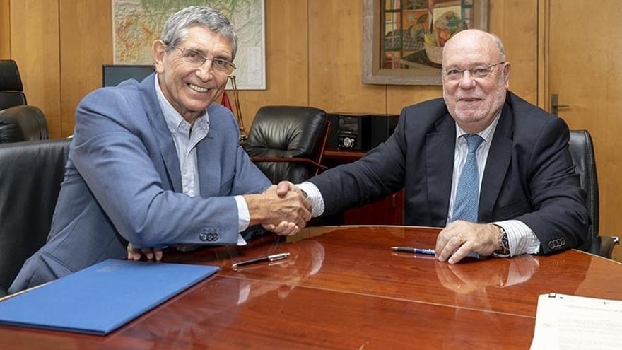El consejero de Economía junto al alcalde de Castro Urdiales