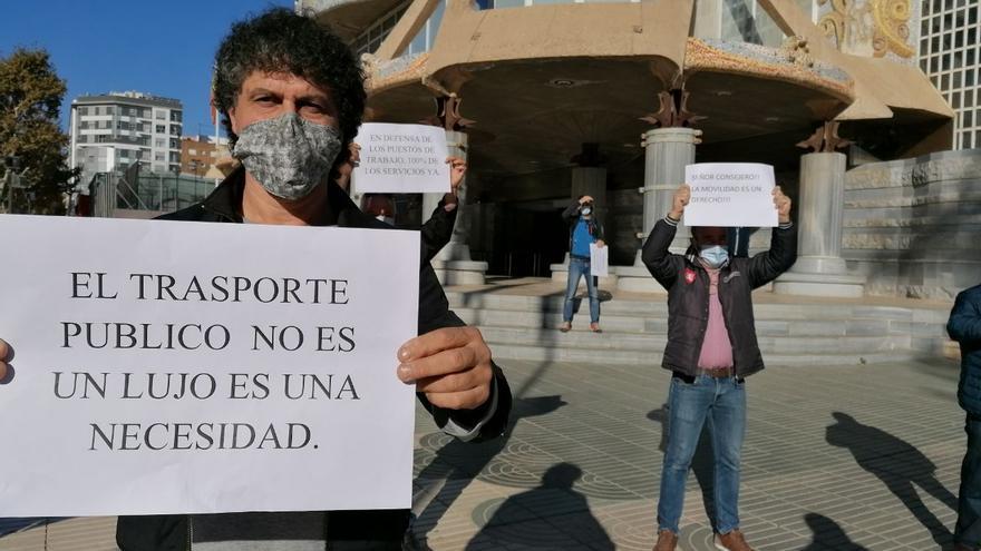 Manifestación de trabajadores de LATBUS en la Asamblea Regional