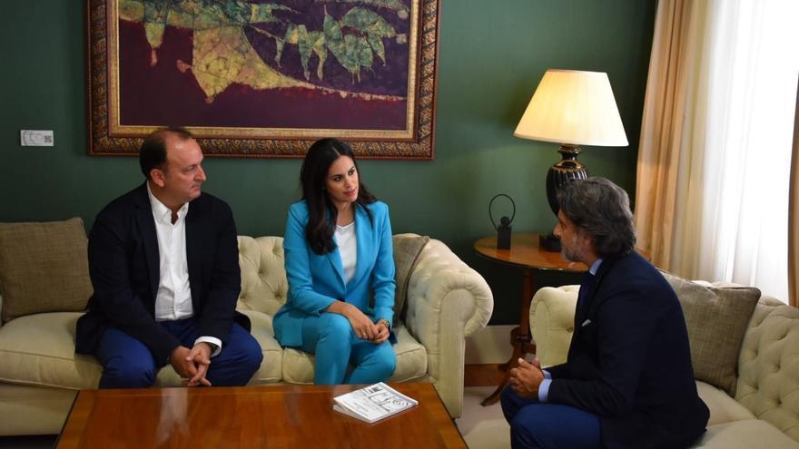 Vidina Espino, con el presidente del Parlamento de Canarias, Gustavo Matos
