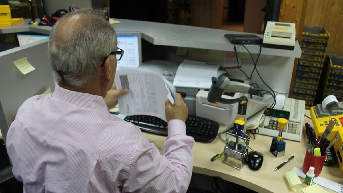 Un funcionario trabajando de forma presencial