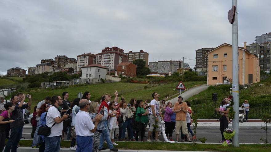 El nieto de Amparo, Marco Santandermía, ha sido el encargado de descubrir la placa.