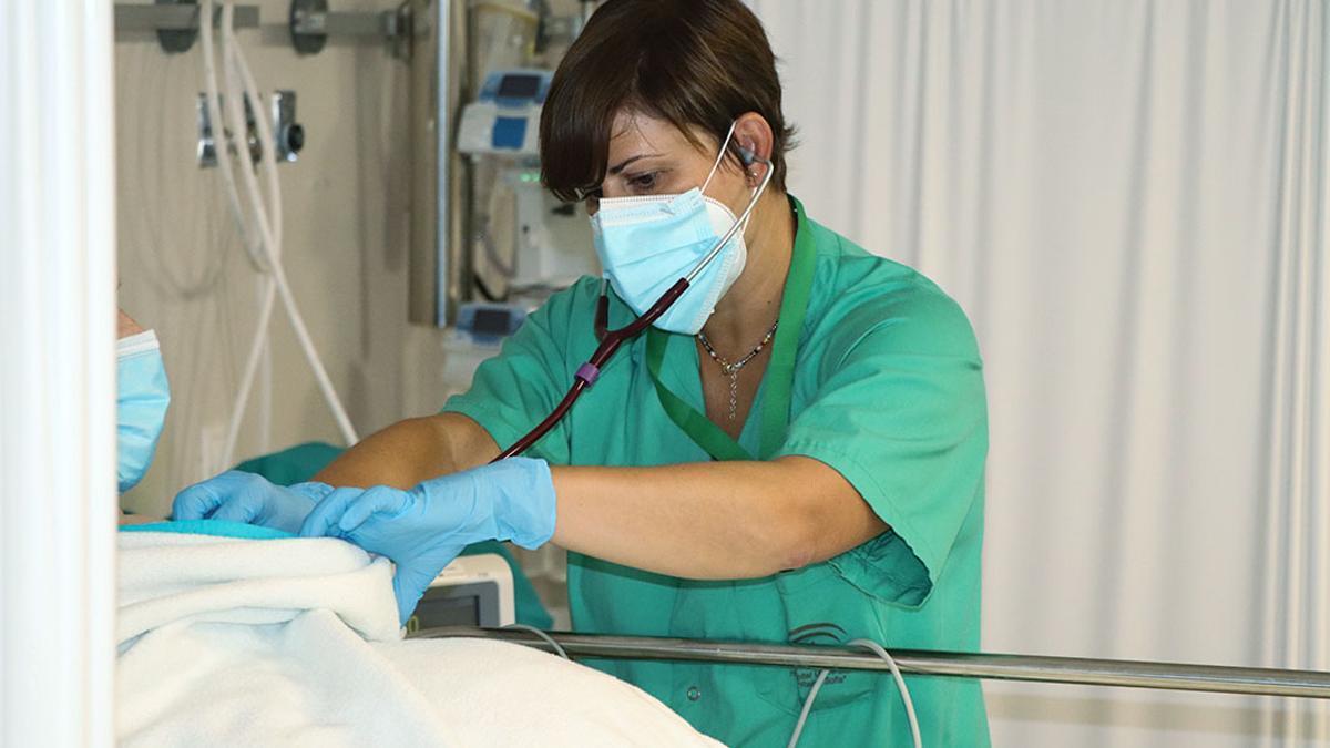 Una enfermera en las Urgencias del Reina Sofía.