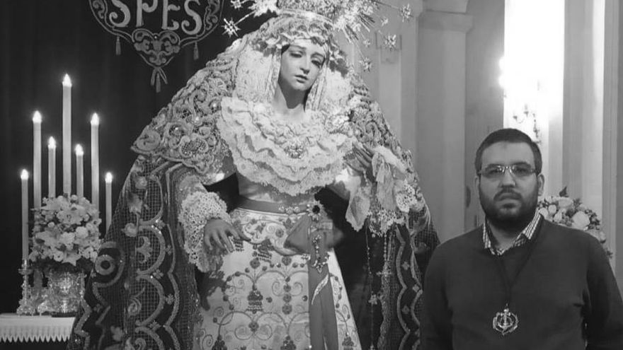 José Prieto, ante María Santísima de la Esperanza.