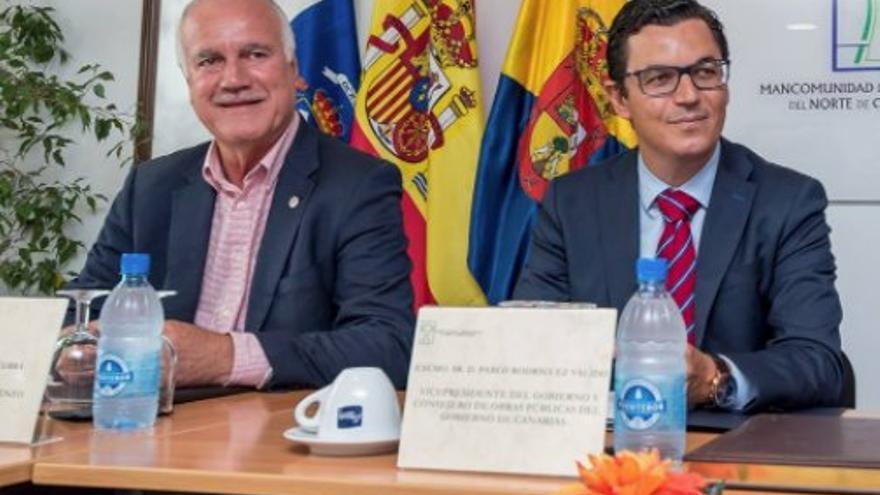 El hasta este 29 de diciembre alcalde de Firgas, Manuel Báez, y el vicepresidente del Gobierno de Canarias, Pablo Rodríguez.