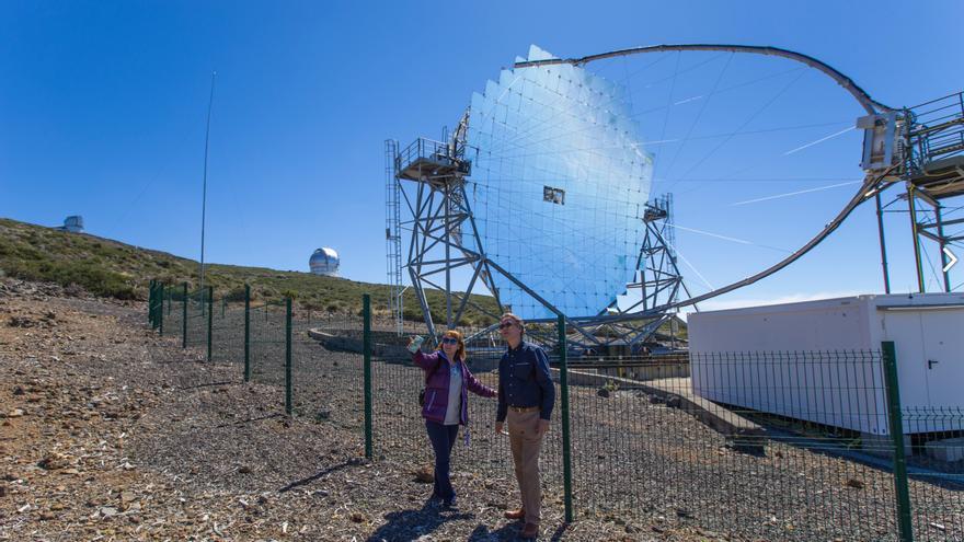 La escritoraÁngela Vallvey, en las instalaciones de los telescopios MAGIC, con Marc Balcells, director del Grupo de Telescopios Isaac Newton (ING), en el Observatorio del Roque de los Muchachos (Garafía, La Palma). Crédito: Antonio González/IAC.