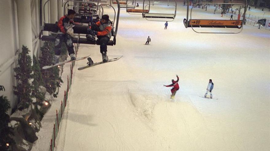 Treinta personas atrapadas en el telesilla de la pista cubierta de esquí en Madrid