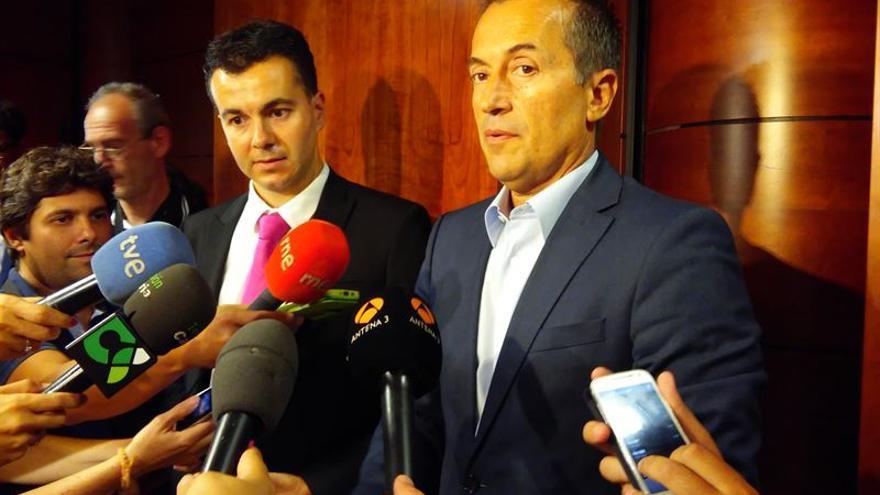 El secretario de Organización de CC, José Miguel Ruano junto al representante del PSOE Héctor Gómez