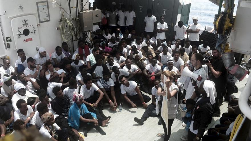 La tripulación del Aquarius explica la situación a los migrantes rescatados. Foto: Karpos / Sos Mediterranée
