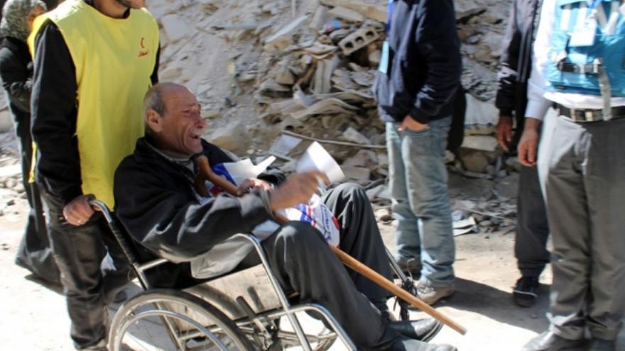 """""""No había nada para comer"""", dice este señor mayor. No pudo contener las lágrimas al hablar con el personal de UNRWA en Rama Street, en el campamento de Yarmuk en febrero de 2014. / Foto: UNRWA España www.unrwa.es."""