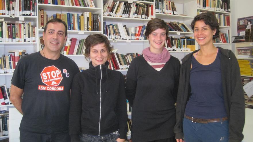 Participantes europeas en el Encuentro Transnacional de Resistencia a los Desahucios junto a un anfitrión de Stop Desahucios Córdoba.