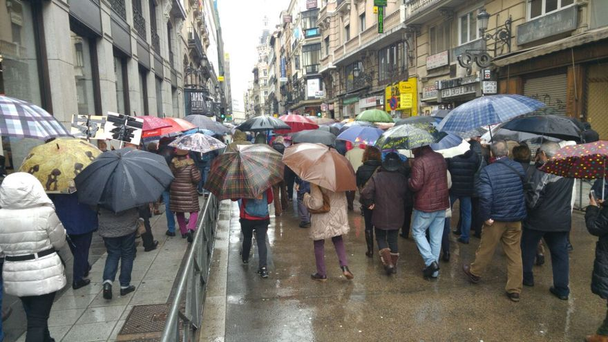 Un grupo de manifestantes por las pensiones se desplazan al Congreso.