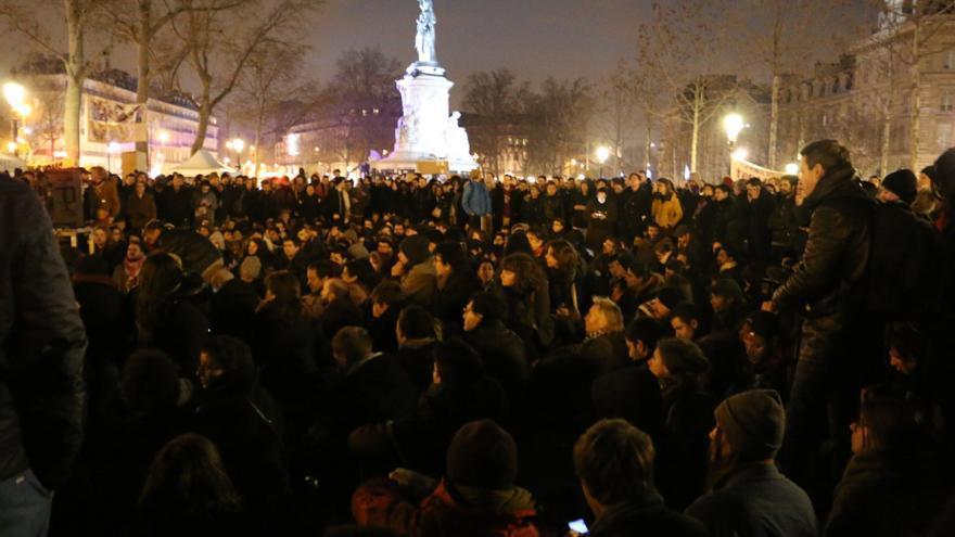 La plaza de la République, en París, acoge a miles de manifestantes, muchos resistieron durante la segunda Nuit Débout, noche en pie.