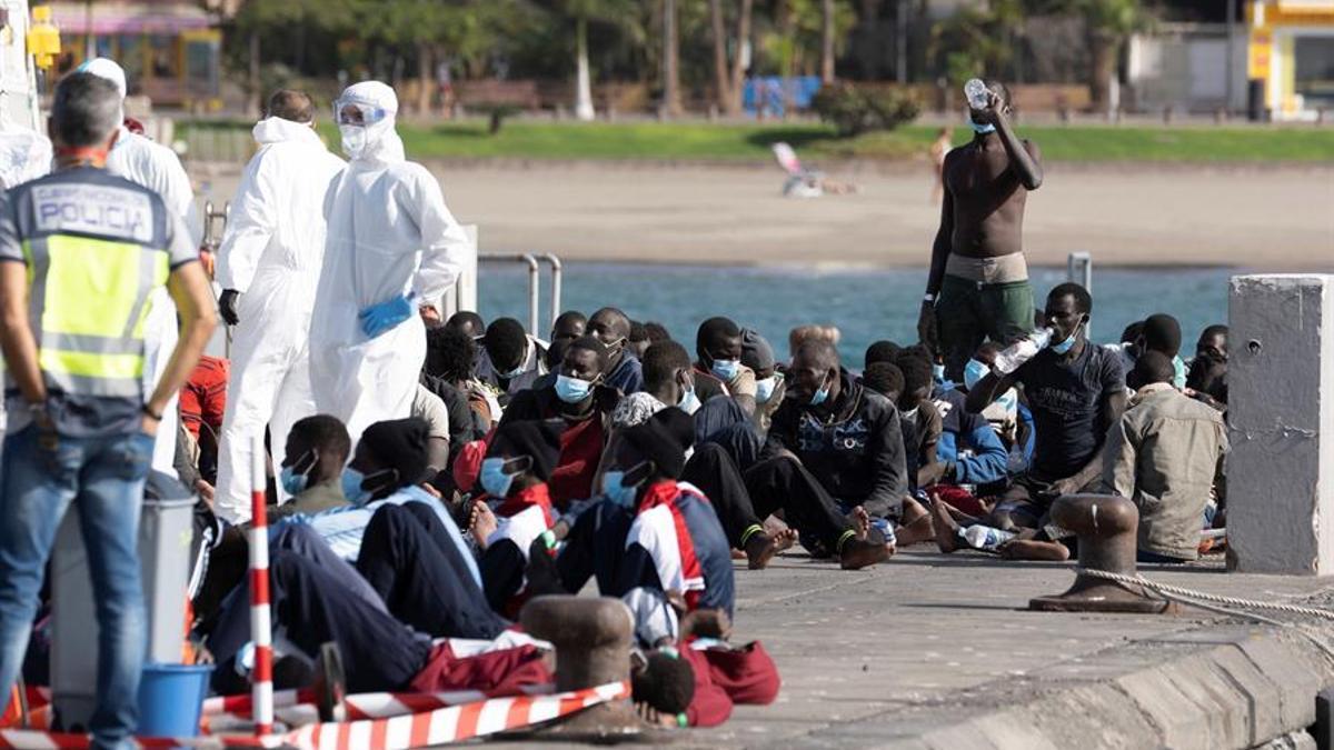 Un cayuco con 81 personas a bordo que llegó el 31 de octubre al puerto de los Cristianos, en Tenerife.