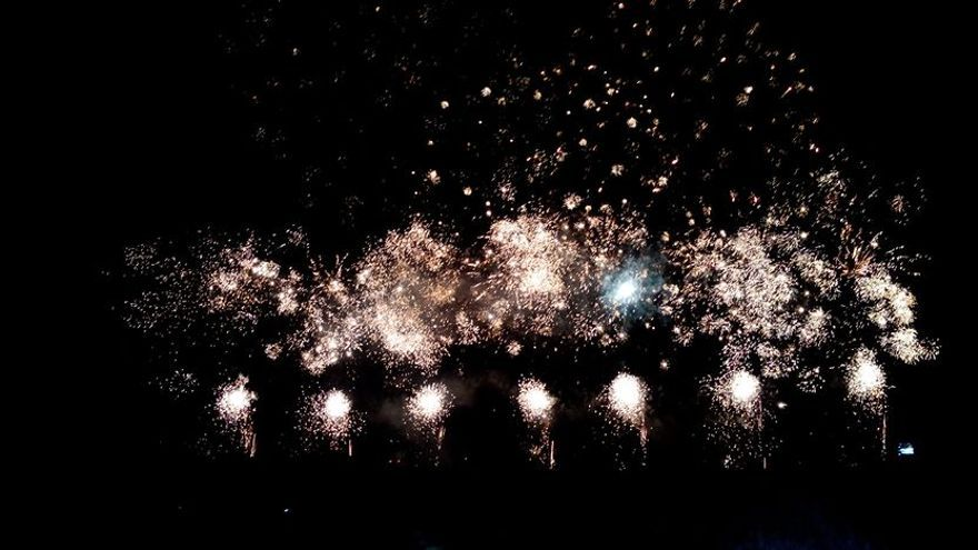 Fuegos artificiales terrestres de la colección del 11 de julio de la pirotecnia Tomás.