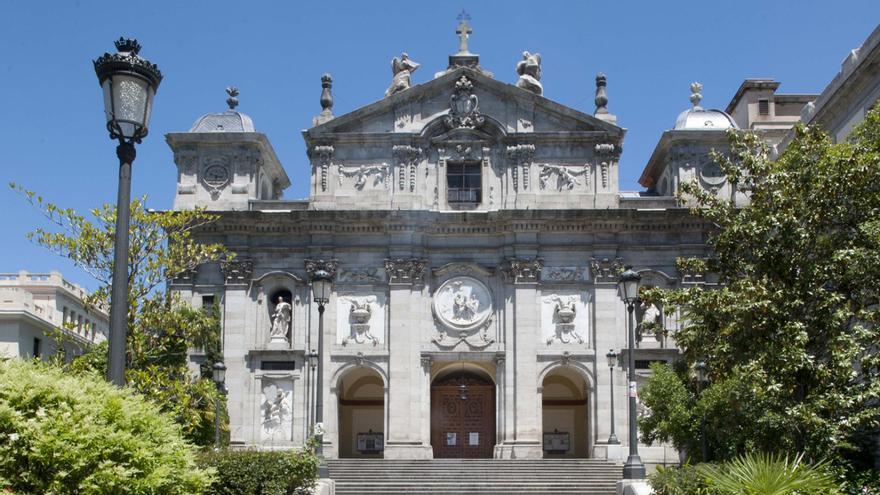 Entrada principal de la Iglesia de Santa Bárbara | SOMOS CHUECA