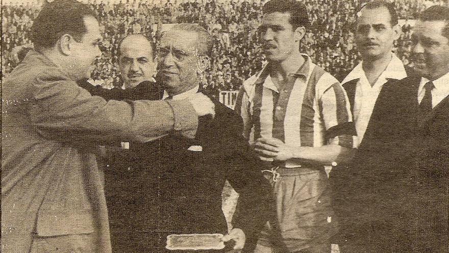 Imagen del homenaje al Málaga antes del partido ante el Tenerife en el Heliodoro.