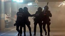 Enfrentamientos entre policías y manifestantes en exterior y parking de T-1