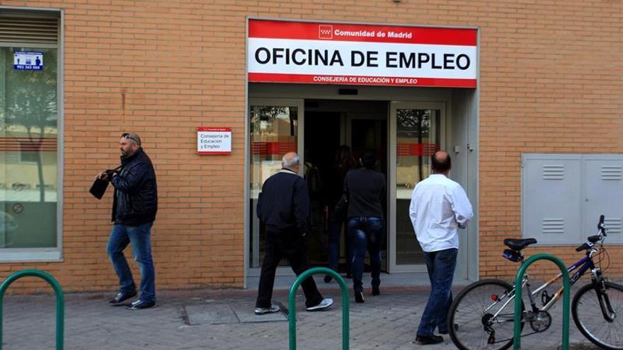Varias personas acceden a una oficina pública de empleo.