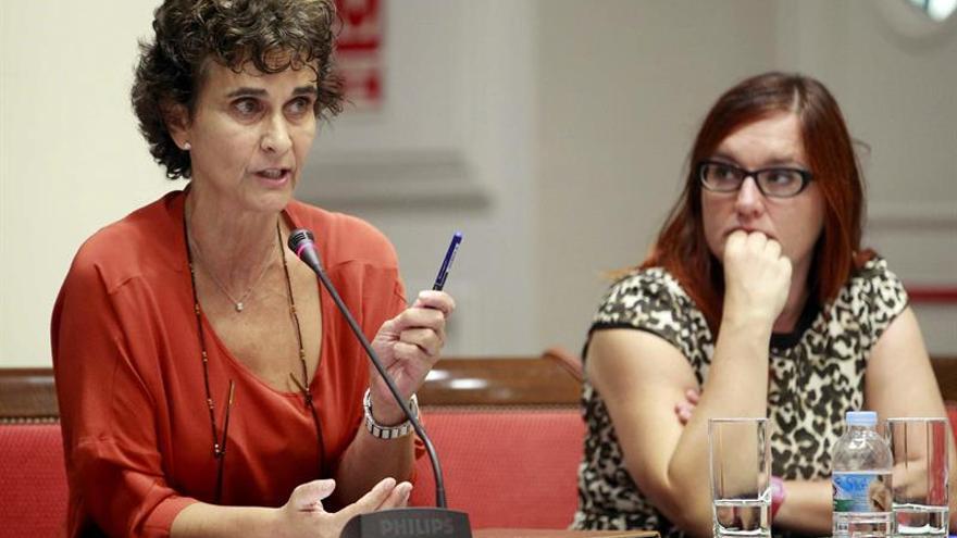 La diputada de Podemos Asunción Delgado (i), durante una de sus intervenciones en la comisión parlamentaria. (Efe/Cristóbal García).