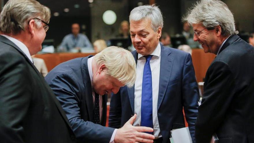El entonces ministro de Exteriores británico, Boris Johnson, conversando con sus homólogos belga, Didier Reynders (2º dcha), e italiano, Paolo Gentiloni (dcha), al inicio del Consejo de Ministros de Exteriores europeos que se celebró en Bruselas (Bélgica)