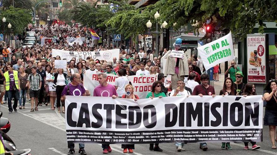 Los alicantinos salen a la calle para pedir a gritos la dimisión de la alcaldesa Sonia Castedo