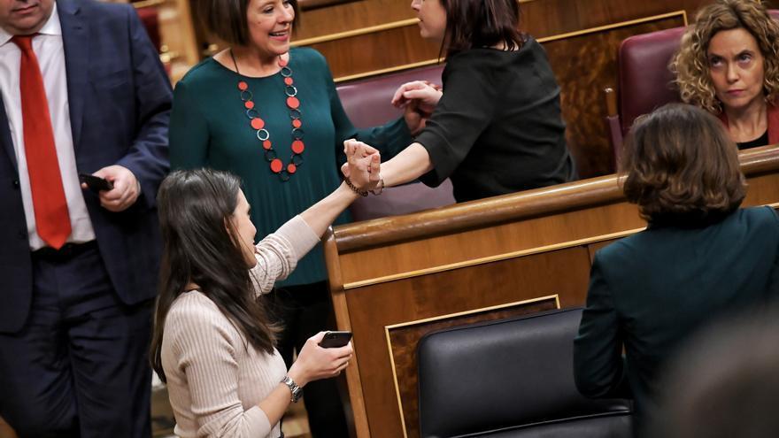 Adriana Lastra e Irene Montero se felicitan tras la votación que ha dejado a Vox sin un puesto en la Mesa del Congreso.