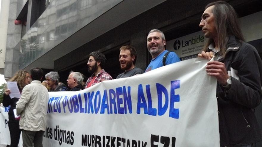 Colectivos sociales y sindicatos se manifiestan contra los recortes en Lanbide