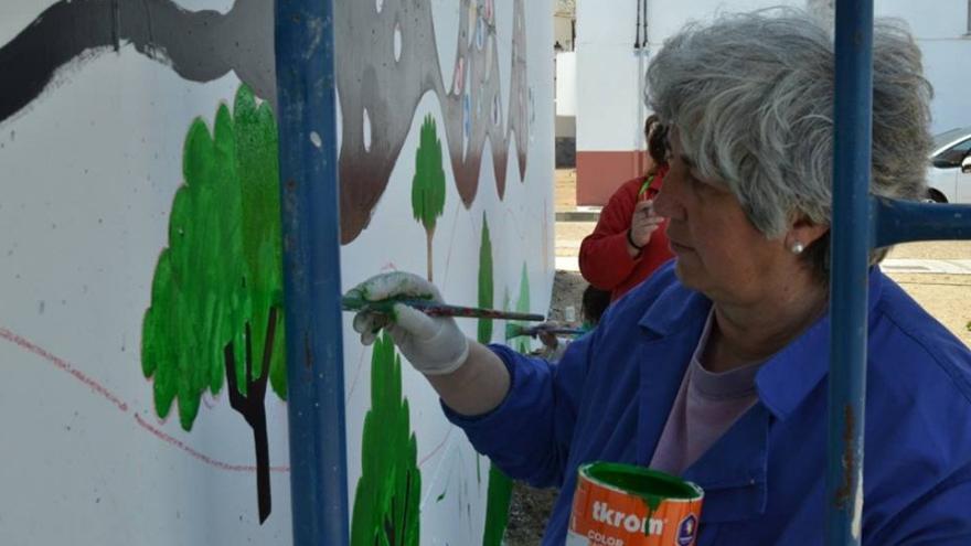 Un momento del proceso de elaboración del mural en memoria de Carmen Delgado / Memoria de Futuro