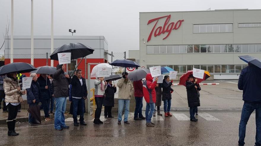 Víctimas del Alvia a las puertas de la sede de Talgo