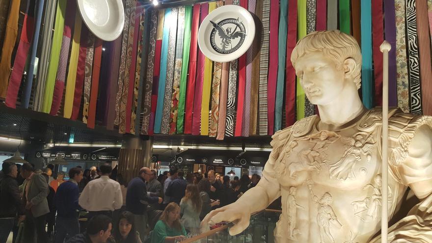 La estatua de César Augusto da la bienvenida.