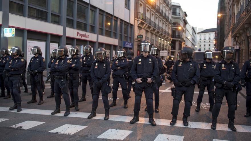 Varios grupos de la Policía cierran filas en la calle de Cedaceros, próxima al Congreso de los Diputados