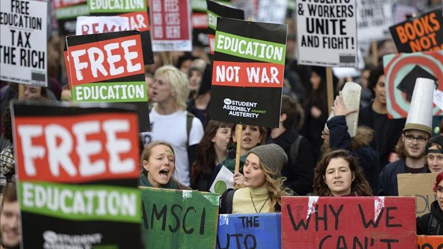 Miles de estudiantes se manifiestan en Londres contra las tasas universitarias