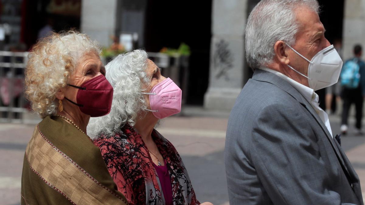 Varias personas con mascarilla, caminan por una calle de Madrid. EFE/Fernando Alvarado/Archivo