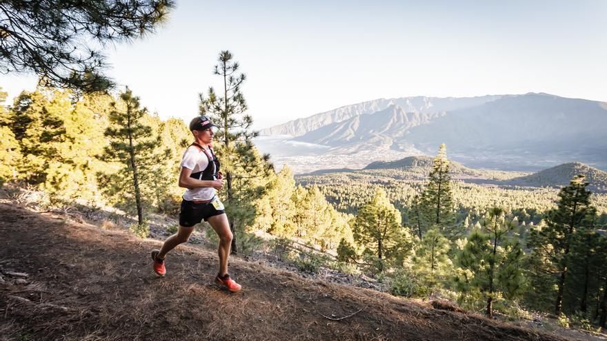 Un atleta en carrera con  un pintoresco paisaje de fondo. Foto: MIGUEL ÁNGEL LÓPEZ GALÁN