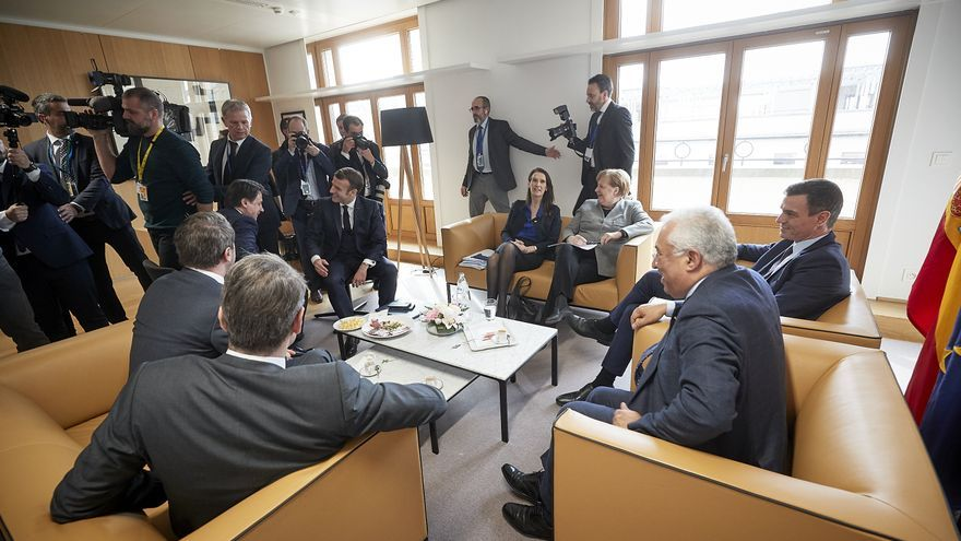 De izquierda a derecha: Sophie WILMÈS, primera ministra de Bélgica; Angela Merkel, canciller alemana; Pedro Sánchez, presidente del Gobierno español; Antonio Costa,  primer ministro de Portugal; Kyriakos Mitsotakis, primer ministro griego; Xavier Bettel, primer ministro de Luxemburgo; Giuseppe Conte, primer ministro italiano; y Emmanuel Macron, presidente francés.