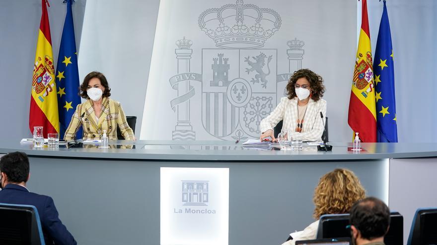 La vicepresidenta primera, Carmen Calvo (i), y la ministra portavoz, María Jesús Montero (d) comparecen en rueda de prensa posterior al Consejo de Ministros en Moncloa, a 4 de mayo de 2021, en Madrid (España).