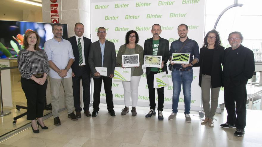 Los ganadores del concurso con los miembros del jurado y representantes de Binter y el Jardín Botánico de Puerto de la Cruz .