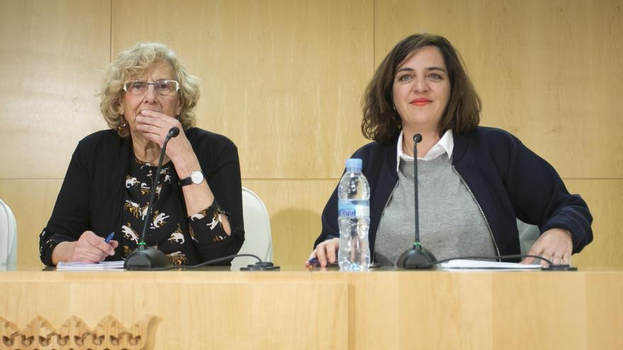 La alcaldesa de Madrid, Manuela Carmena, con la concejal Celia Mayer, a quien releva de Cultura para que se ocupe de la nueva área de Igualdad.