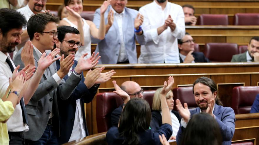 Pablo Iglesias, Alberto Garzón, Iñigo Errejón y otros diputados de Unidos Podemos aplauden a Irene Montero tras su intervención en el debate de la moción de censura