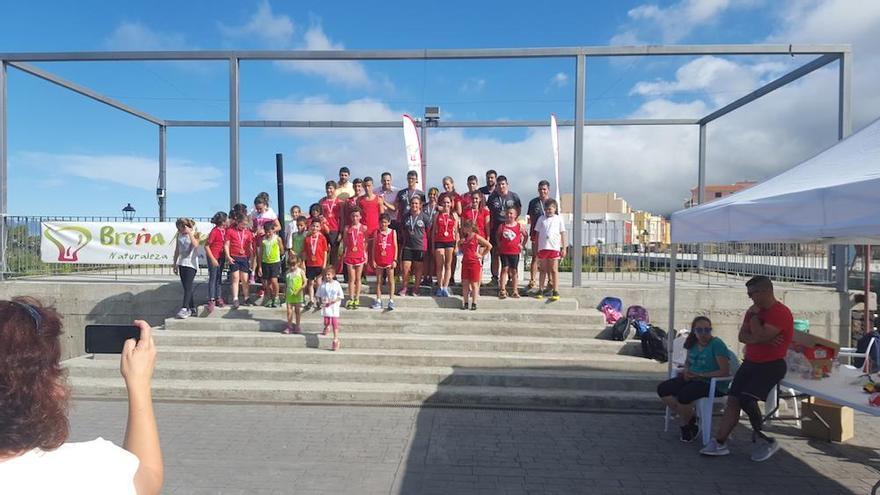 Atletas del Club de Atletismo Chirizo junto a las autoridades locales en la exhibición.